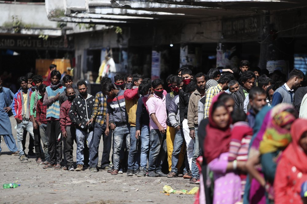 Coronavirus: Indian migrant workers defying COVID-19 curfew, crowd trains