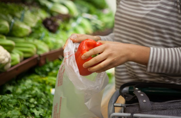 Manitoba grocery clerk solves mystery of how to open produce bags amid coronavirus