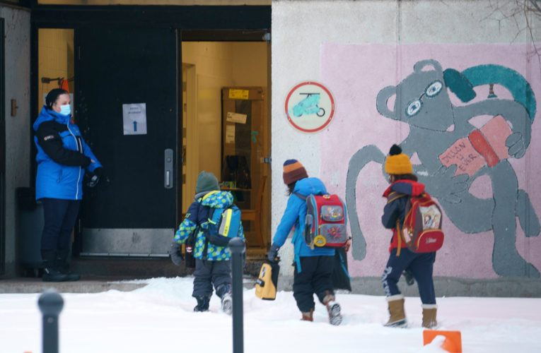 Elementary students head back to class across Quebec as coronavirus surges