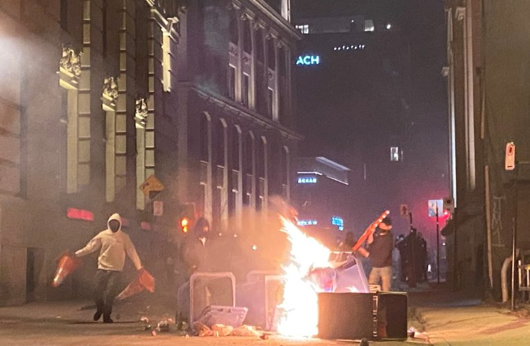 Hundreds defy 8 p.m. curfew in violent, destructive protest of COVID-19 measure in Montreal
