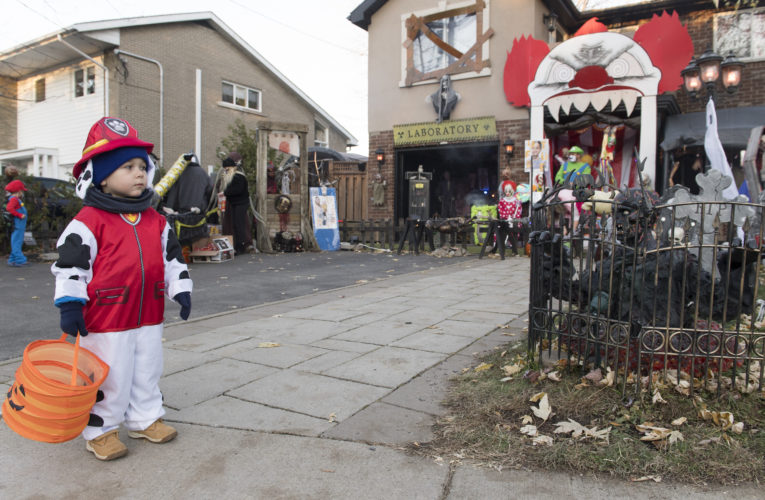 Kids asked not to yell 'trick-or-treat' as part of Quebec's pandemic Halloween rules